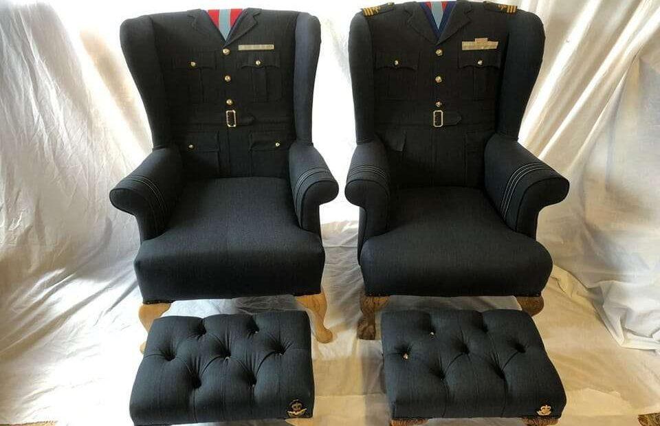 Két egyenruha fotelre húzva