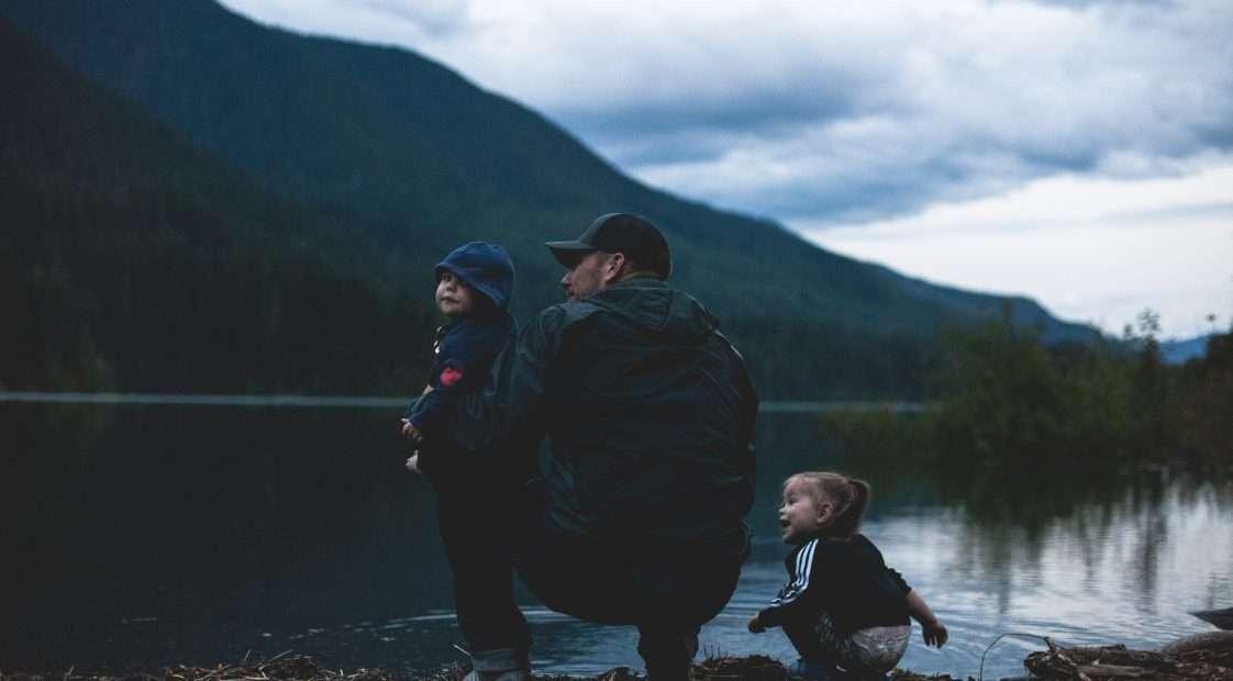 Apa egy tónál gyerekeivel